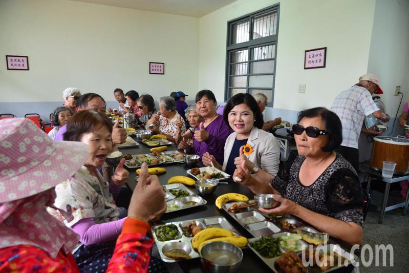 雲林縣積極推動老人共餐,成效良好,台塑也捐助經費支持長青食堂改善用餐設備,讓老人吃得更舒適。記者蔡維斌/攝影