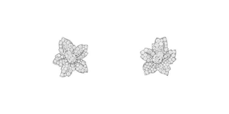 Tendresse étincelante耳環,可拆掉吊墜,僅配戴花朵的部分。圖...