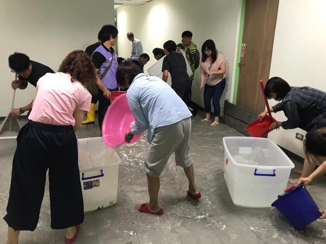 如果兒童劇團辦公室、排練場遭水淹,劇團成員、北捷人員協力舀水。圖/如果兒童劇團提