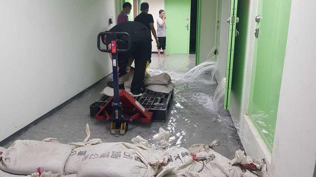 昨天整日豪雨不斷,北市陸續傳出積水災情,上午11時左右,兒童新樂園雨水回收管破裂...