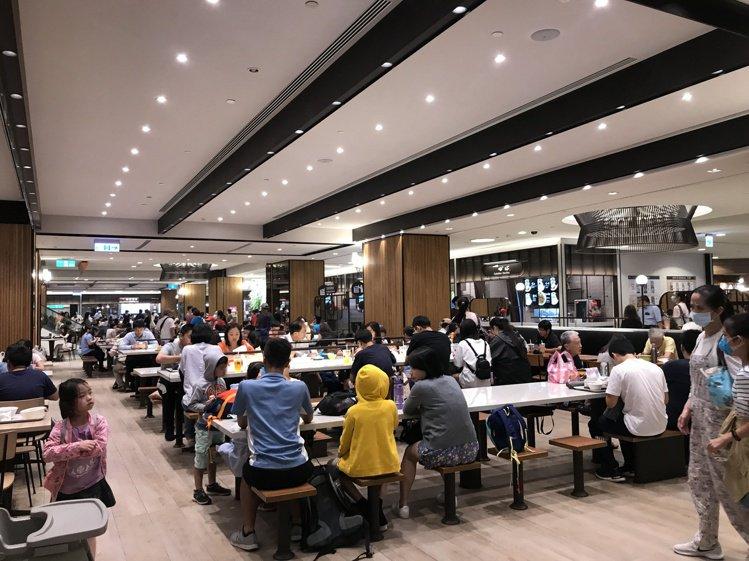 暑假旺季,台北101美食街人流快速回溫。記者江佩君/攝影