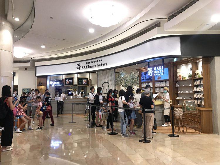 SAKImoto嵜本生吐司進駐台北101購物中心B1,吸引民眾排隊。記者江佩君/...
