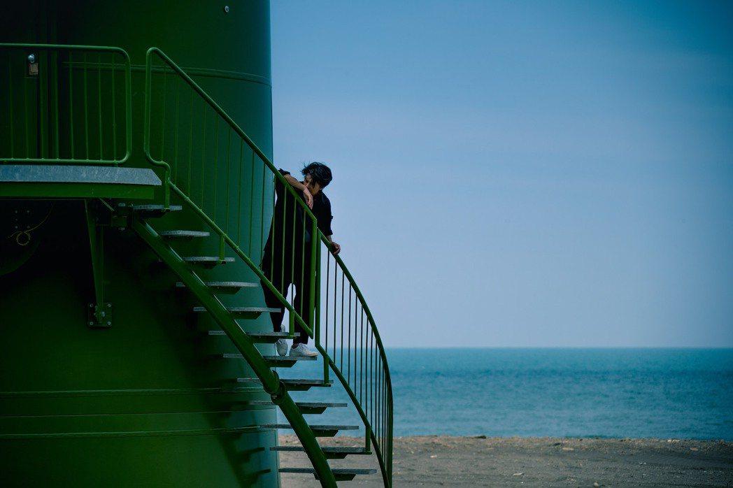 吳克群忍受高溫風塵上山下海拍攝新歌MV。圖/何樂音樂提供