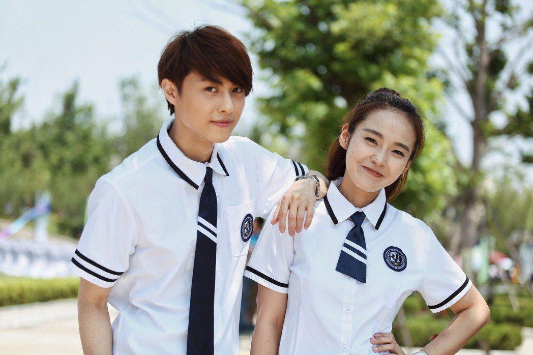 王子(右)演學生不違和。圖/LiTV、喜鵲娛樂提供