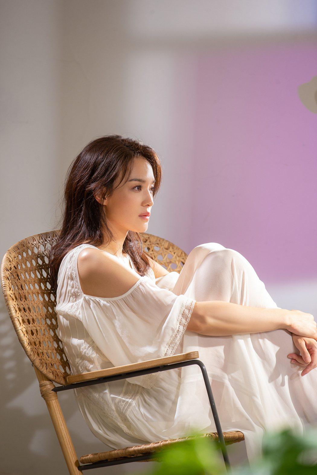 舒淇在MV中大秀「無濾鏡」之美。圖/華納音樂提供