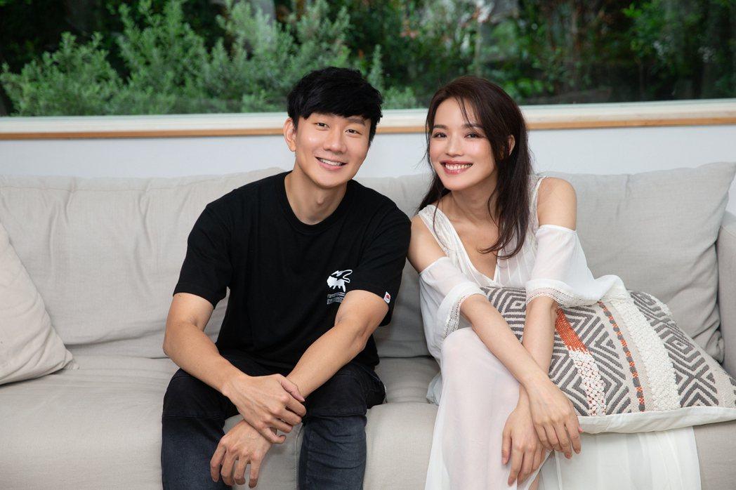 林俊傑(左)新單曲MV邀女神舒淇展現「無濾鏡」之美。圖/華納音樂提供