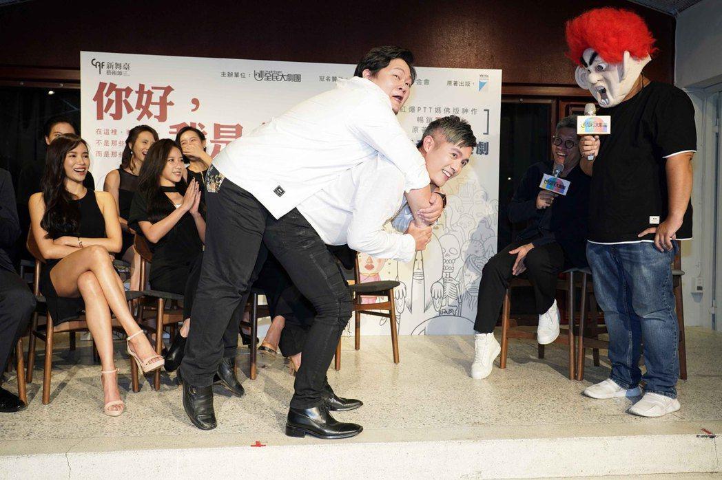 作者大師兄(右)現場教學如何背起大體,范逸臣身體力行背起犧牲當模特兒的林玟圻Ct...