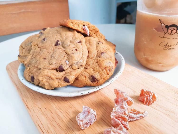 以70%巧克力與還魂梅製作的巧克秒還魂餅乾。記者陳睿中/攝影