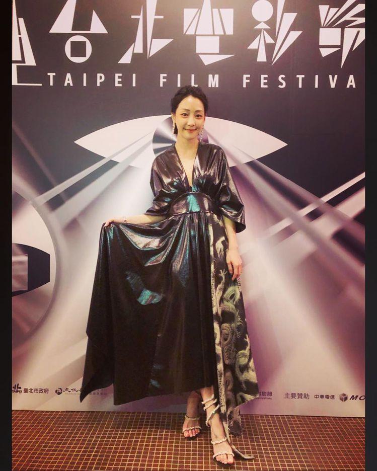 謝欣穎在台北電影節搭襯RENE CAOVILLA的Cleo鞋款。圖/取自IG