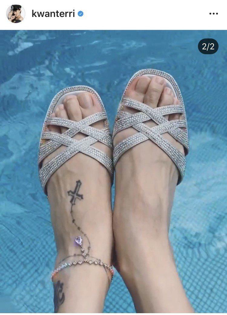 關穎搭襯RENE CAOVILLA的Diana平底涼鞋,售價45,000元。圖/...