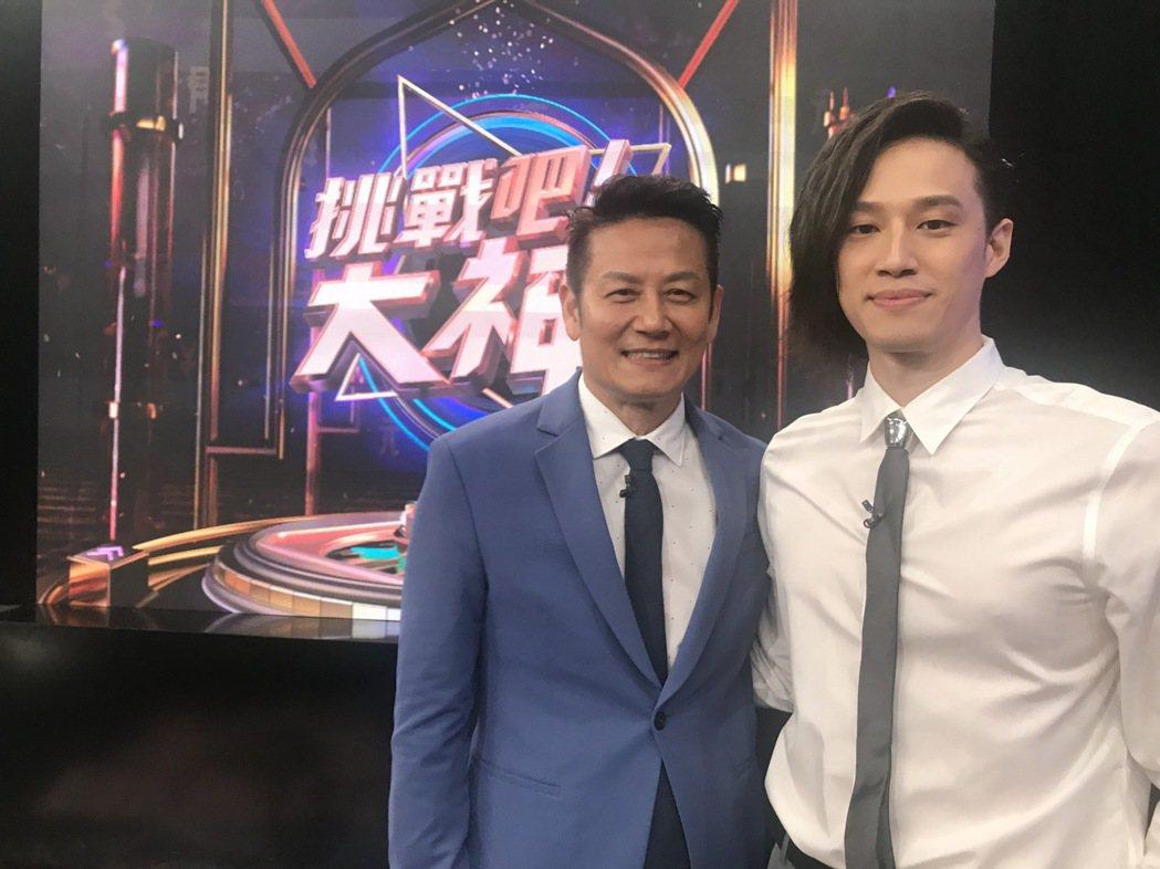 徐新洋(右)首次上徐乃麟主持的「挑戰吧!大神」。圖/東風提供