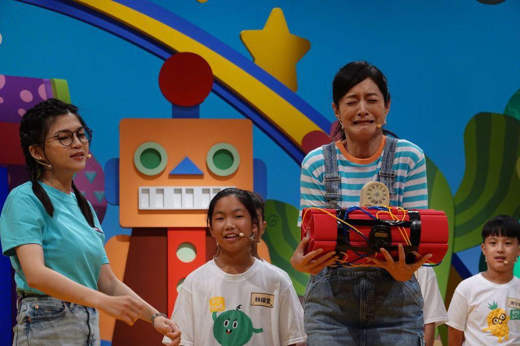 Janet(右)捧著快要爆炸的炸彈一臉緊張。圖/公視台語台提供