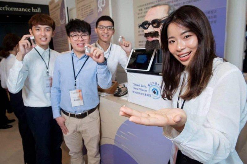 交通大學研發團隊耗時10年,把具量測眼壓功能的感測器與軟式隱形眼鏡結合,研發出一款輔助監測醫材,可隨時量測眼壓、且精準度高,實務上可供青光眼患者及醫師參考,獲今年旺宏金矽獎應用組金獎。圖/旺宏教育基金會提供