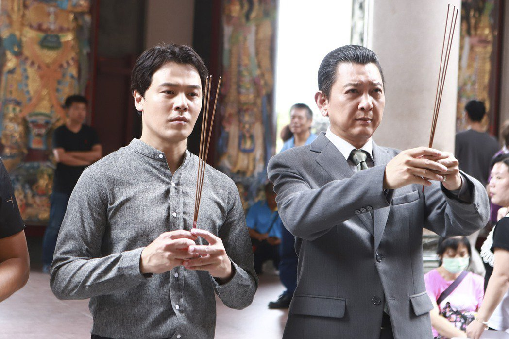黃文星(左)、游耀光因戲裡演出反派,特地到廟裡拜拜懺悔。圖/民視提供
