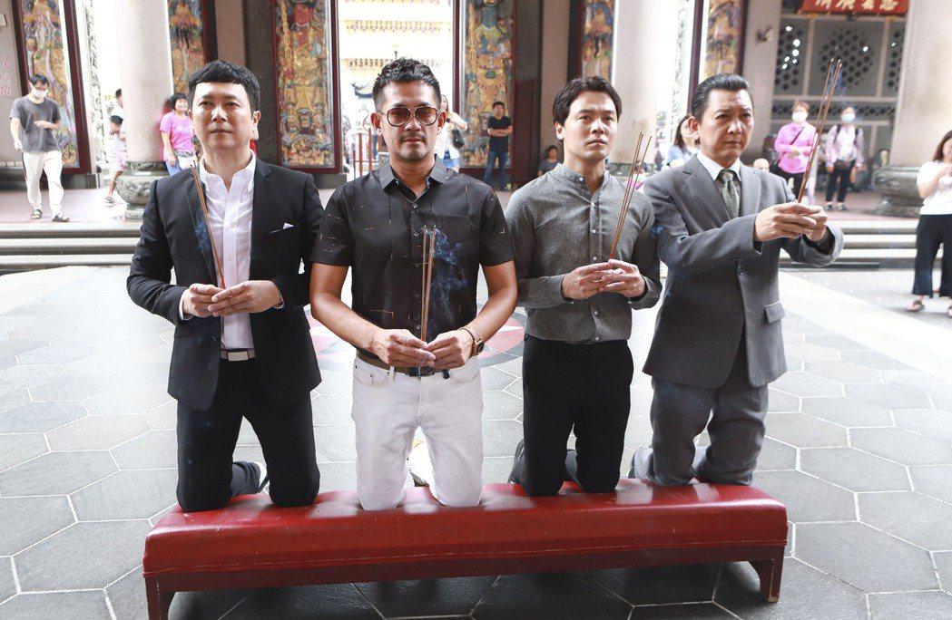 王燦(左起)、 柯叔元、黃文星、游耀光下跪拜拜。圖/民視提供