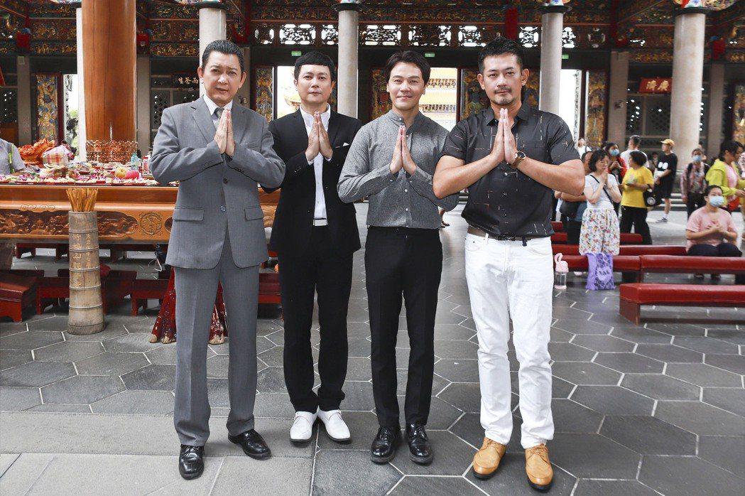 柯叔元(右起)、 黃文星、王燦、游耀光特地到廟裡拜拜。圖/民視提供