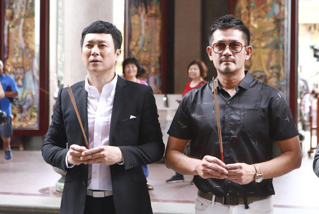 王燦(左)、柯叔元在「多情城市」戲中,2人角色一壞一渣特地前往廟裡拜拜。圖/民視...