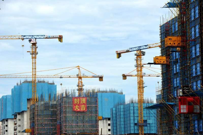 大陸7月多地收緊樓市,中國百城房價環比增速放緩。圖為福建福州一處正在開發建設中的房地產樓盤。(中新社)