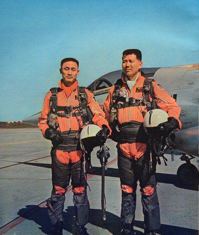 台海最後空戰英雄石貝波(左)病逝,享壽80。圖為石貝波、胡世霖在空戰後與F-104戰機合影。圖/空軍資料照