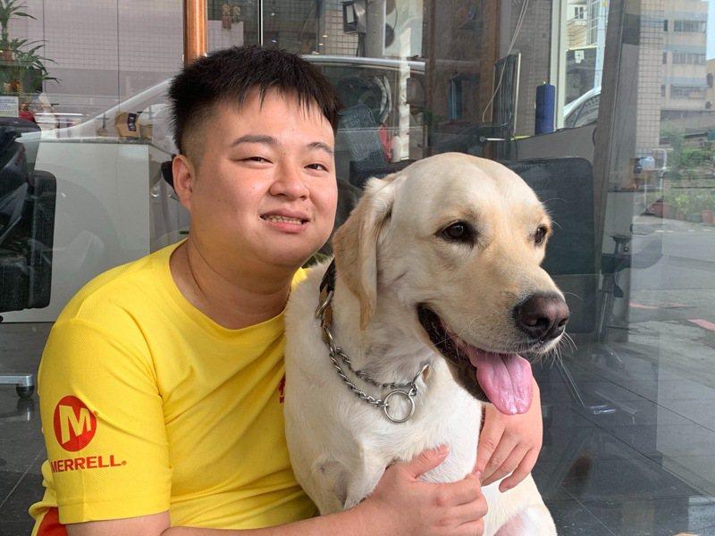 視障者呂冠霖與導盲犬YUMA。 記者徐如宜/攝影