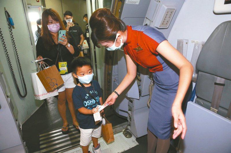新冠肺炎疫情未減,國內航空公司紛紛推出「類出國」行程自救。(本報系資料庫)