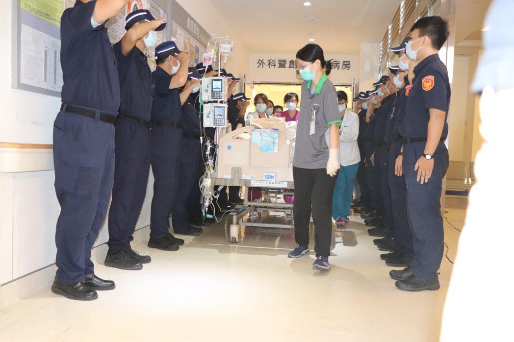 楊庭豪從加護病房離開時,樹林分局警員們站在門口列隊高喊「庭豪兄弟,謝謝你的大愛」...