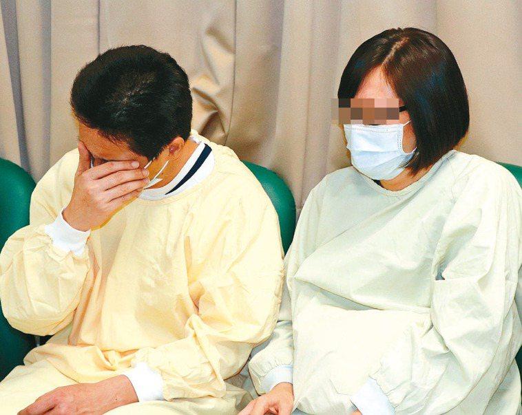 員警楊庭豪的父母親強忍悲痛送兒子最後一程。 記者吳亮賢/攝影