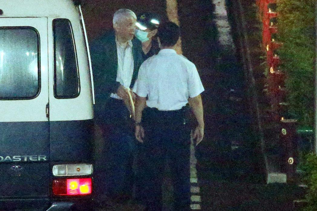 太流公司前負責人李恆隆(左)因行賄立委案,昨被裁定羈押禁見,隨後被押解到台北看守...