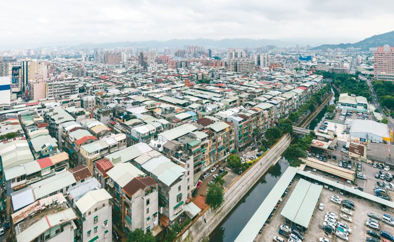 塭仔圳都市計畫區建築物多為鐵皮屋頂,影響整體市容。圖/新北市城鄉局提供