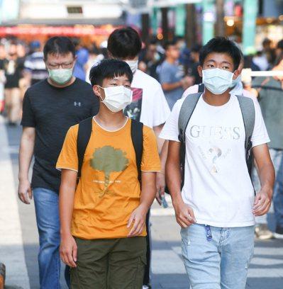 專家警告,台灣社區仍可能潛藏新冠病毒的無症狀感染者。圖中人物非新聞當事者。圖/聯合報系資料照片