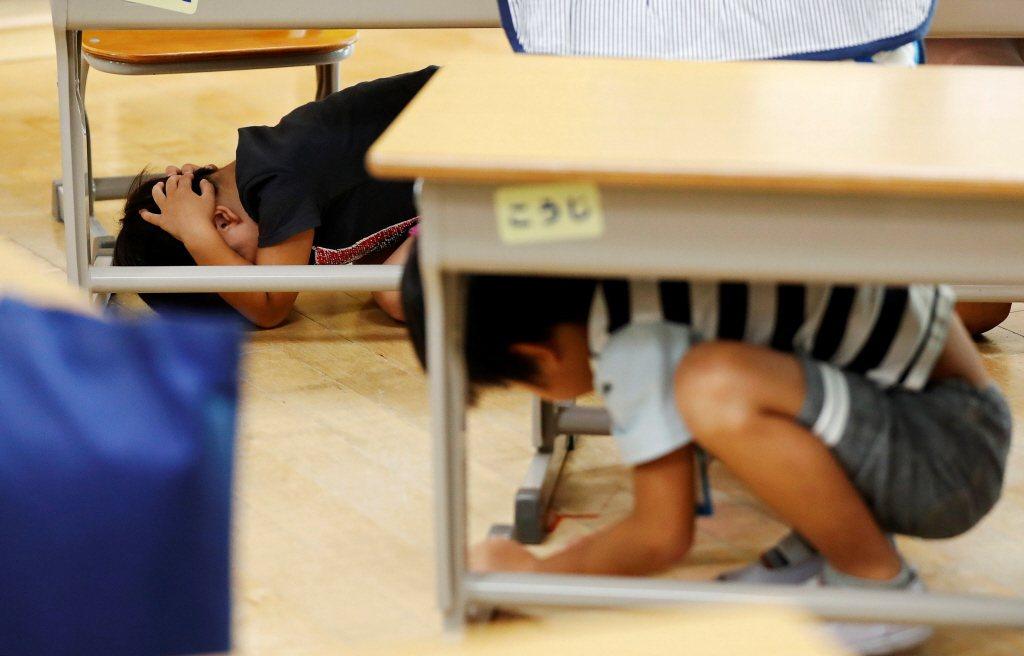 日本小學在311強震紀念日當天進行地震應變演習。 圖/路透社