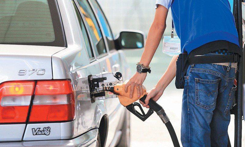 每個人加油方式不同,有網友表示自己都習慣將車子油箱加滿,但有人提出建議油放太久小心變質。 圖/聯合報系資料照