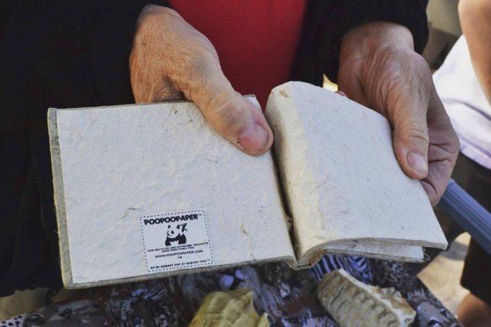PooPooPaper 紙漿來源越來越多,圖為使用熊貓糞便製成的筆記本,目前在聖...