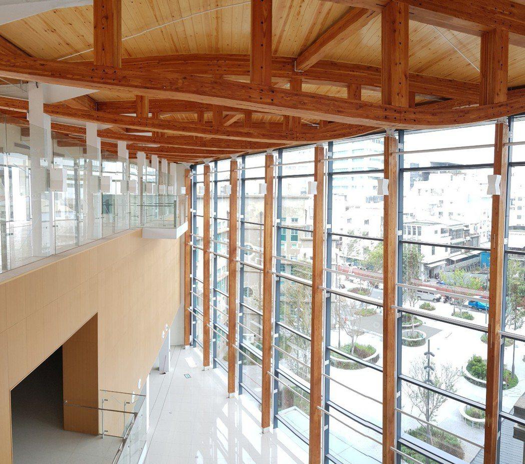 為了延續古蹟的歷史意義,並延伸和在地的連結,黃明威建築師團隊以當代木構技術作為主...