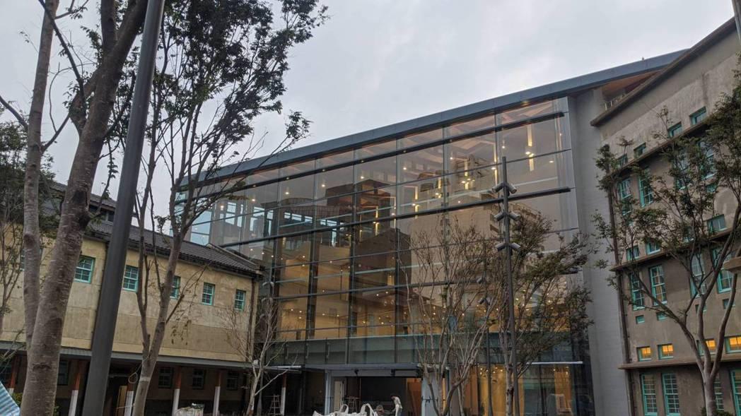 美術館以菸酒公賣局本體為核心,拆除過去作為警衛室的小建築,串連鄰近兩棟建物,以三...