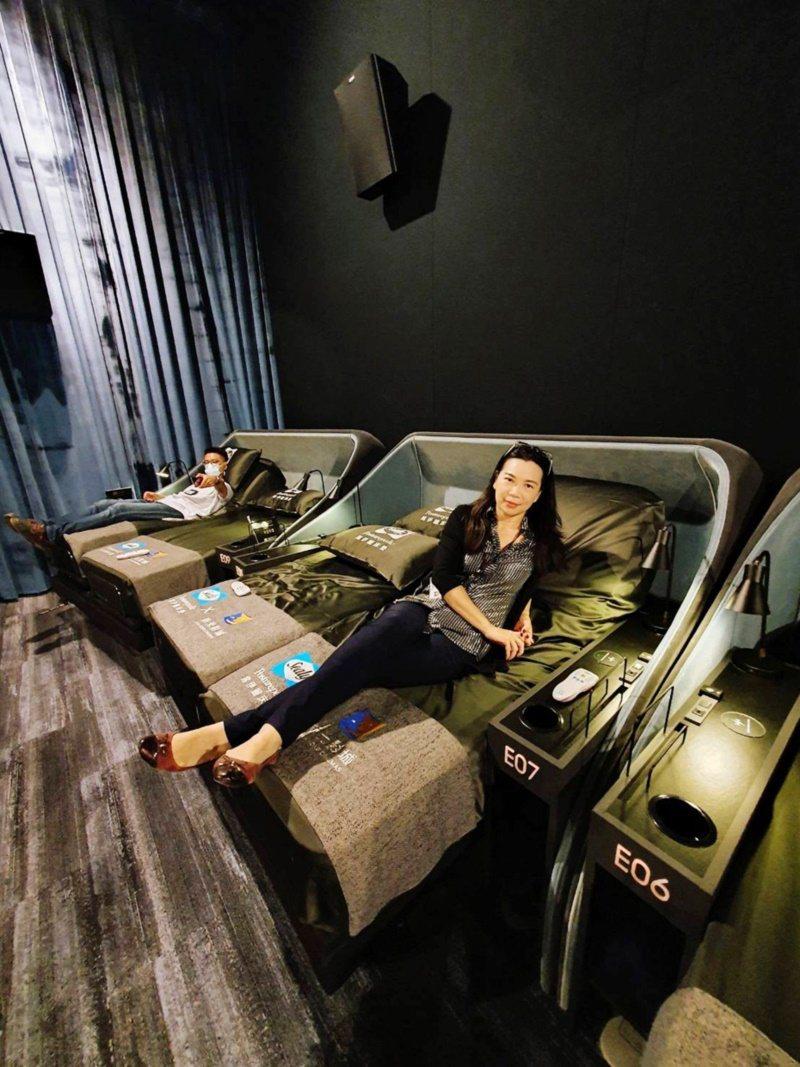 桃園市青埔新光影城,全台第一座可以躺著看電影的影院。 圖/市府觀旅局提供