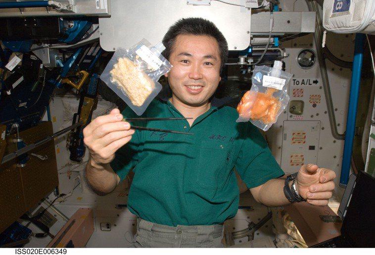 太空食品製作標準嚴格,需要體積小、方便易食,且經過層層檢驗後,才能送到太空人手中...