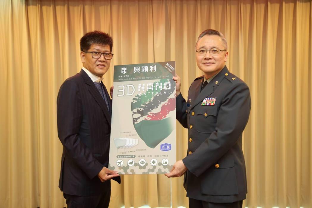 興穎利科技董事長詹連凱(左)代表捐助N95等級口罩,支持國軍防疫行動。