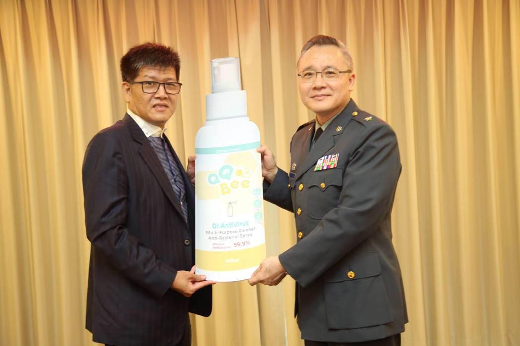 興穎利科技董事長詹連凱(左)代表捐助奈米抗茵液,支持國軍防疫行動。