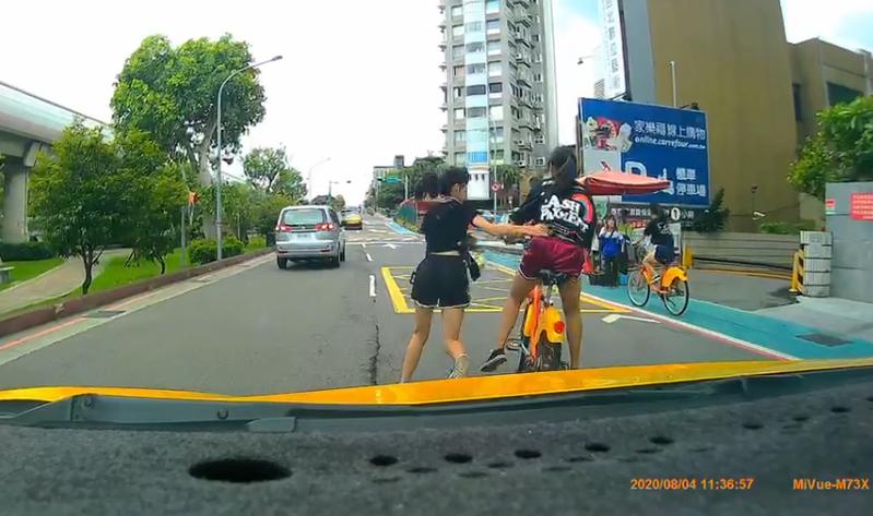 網友差點開車撞上前方YouBike危險雙載的女學生。圖擷自爆料公社