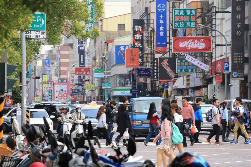 台南路小人多,過馬路需要特別留心。 聯合報系資料照