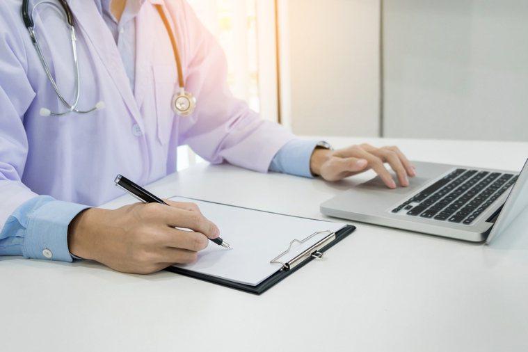衛福部長照司宣布從8月起,鼓勵醫師至住宿機構看診。示意圖/ingimage