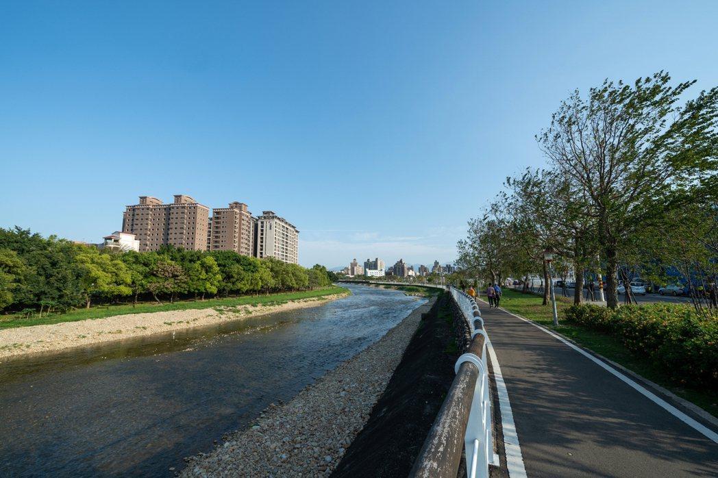 小檜溪重劃區擁有高綠覆率與水岸景觀形成優質的居住環境。 業者/提供