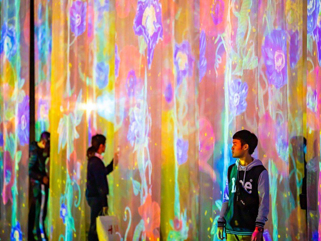 2019高雄追光季作品「海.光.空間」以360度投影技術投放在網紗中,民眾可穿梭...