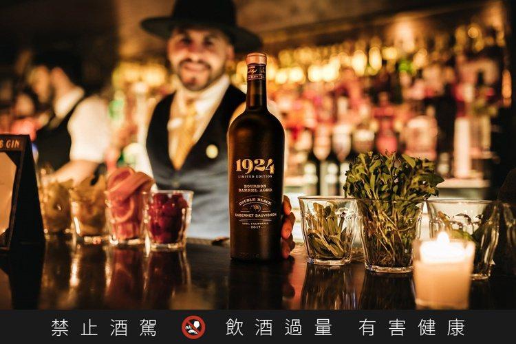 美國1924黑牌蘇維翁波本桶紅葡萄酒,用波本威士忌桶來陳年葡萄酒,值得跟老爸一起...