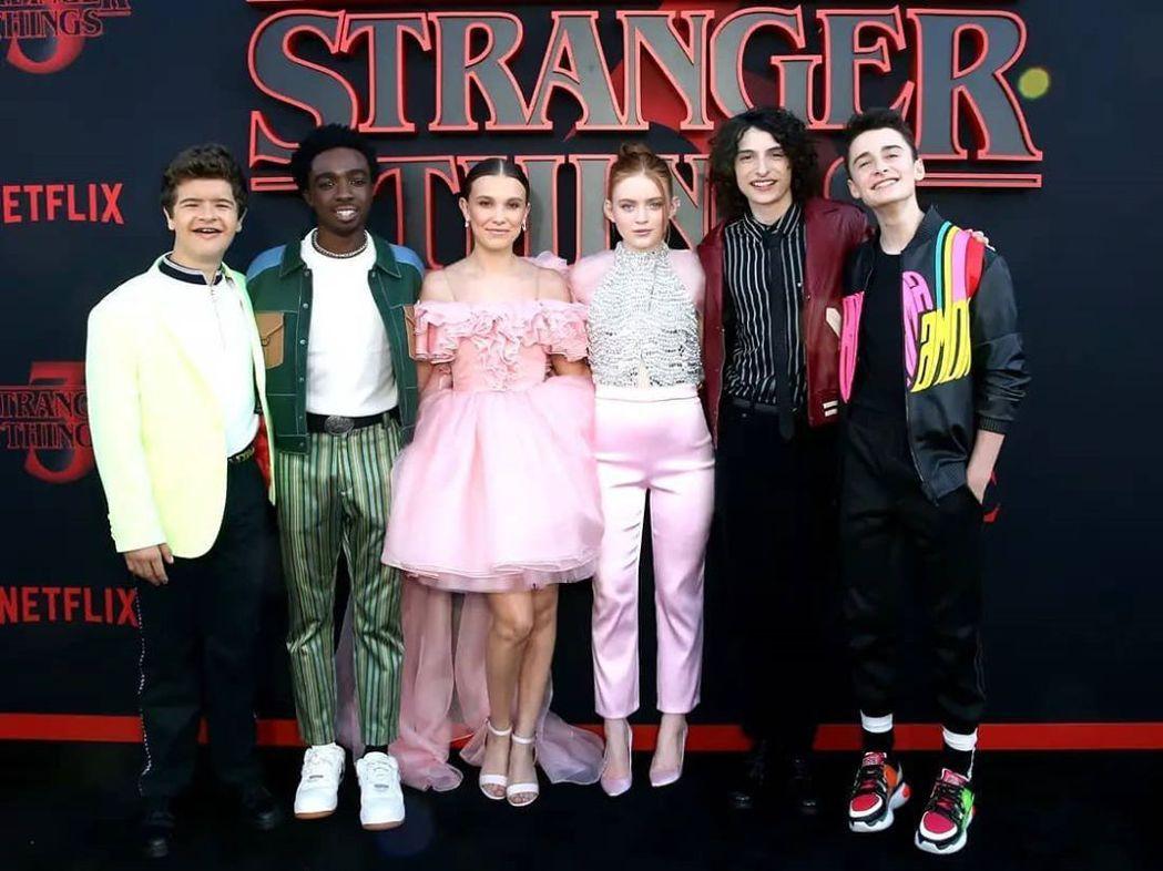 米莉芭比布朗(左三)演出「怪奇物語」爆紅。圖/擷自IG