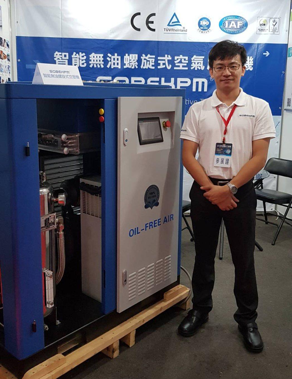 永越科技經理方景鴻(右),展出SOBEKPM水潤滑無油式空壓機。   永越/提供