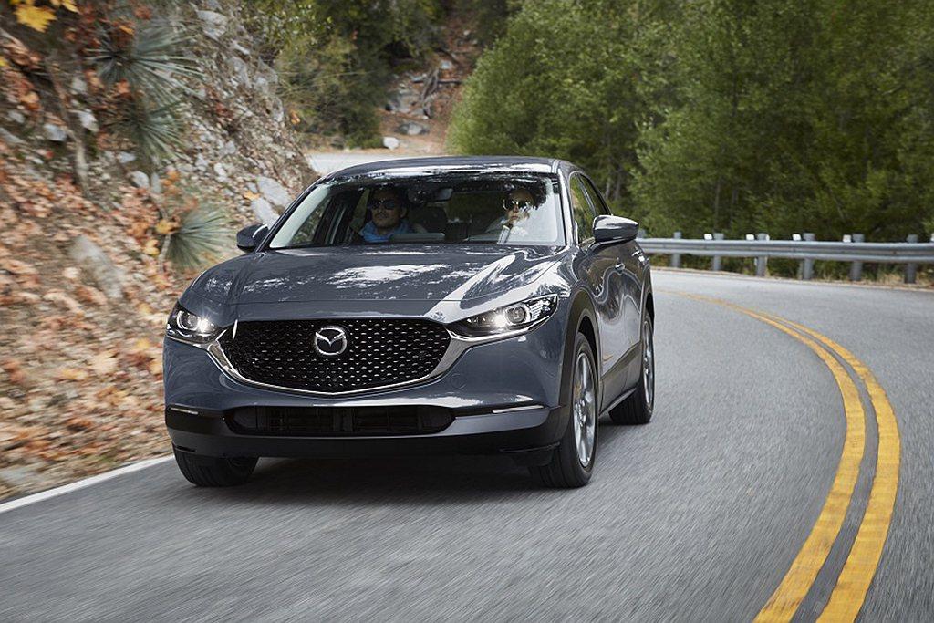 全新2021年式Mazda CX-30在維持原本售價下,全車系標配巡航模式車道維...