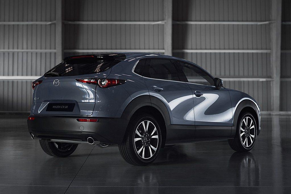 Mazda CX-30車身光影流動映照出S型曲線,猶如日式書法筆墨收放自如;倒映...