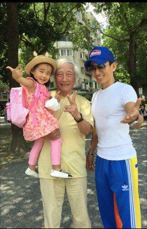 潘若迪(右)與父親(左)帶著女兒出遊,享受天倫之樂。 圖/潘若迪_Funky D...